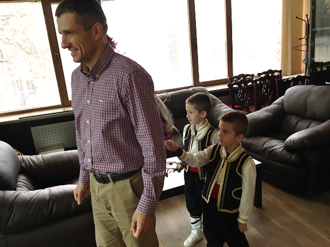 "Сурвакари от детска градина ""Иглика"" наричаха кмета Иван Гавалюгов за здраве и берекет"