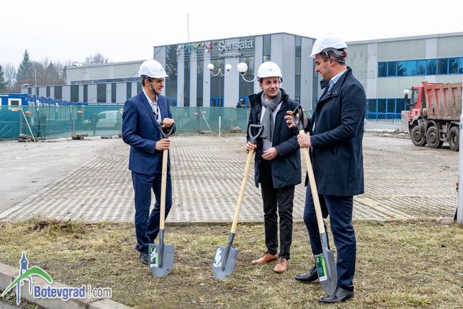 """Кметът Иван Гавалюгов направи """"първа копка"""" на новата производствена сграда на """"Сенсата Технолоджис"""""""