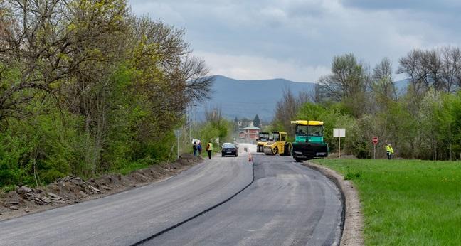 """Агенция """"Пътна инфраструктура"""" продължава ремонта на път I-1 в местността """"Розите"""""""