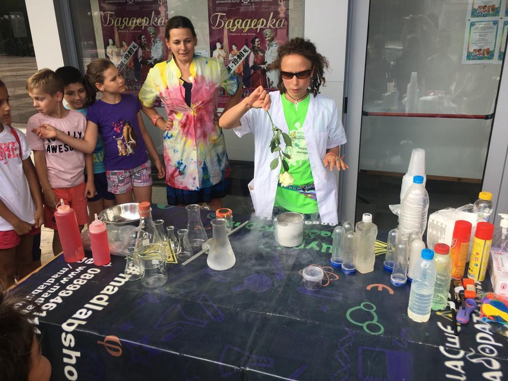 """Научно шоу """"Щура лаборатория"""" се проведе в поредния ден от """"Весело лято в града"""""""