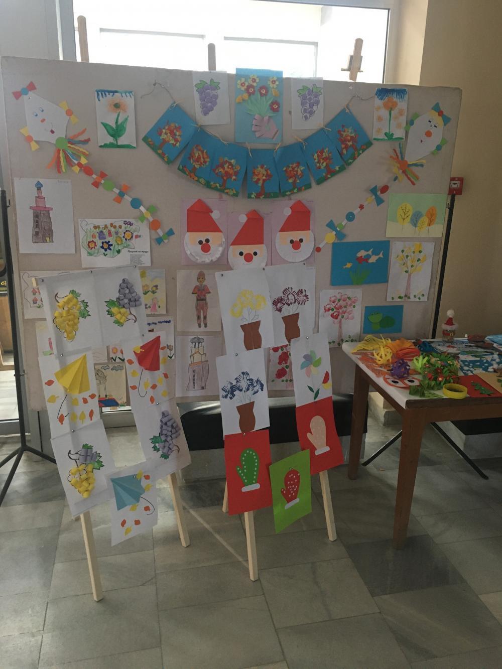 """Коледна изложба по проект """"Образование и заетост - за бъдещето на местната общност в Ботевград"""" показаха децата от клубове """"Арт ателие"""""""